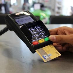 Челнинка устроила шопинг с банковской картой, которую нашла в подъезде