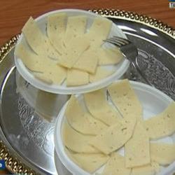 В Казани эксперты рассказали, как отличить настоящий сыр от подделки (ВИДЕО)