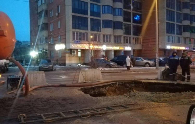 На Аделя Кутуя в Казани провалился асфальт, дорога закрыта (ФОТО)