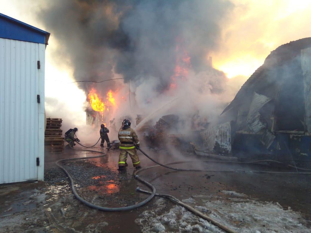 Пожарные нашли тело второго погибшего на пожаре в цехе в Альметьевске (ФОТО)