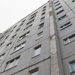 Две женщины и ребенок упали с крыши 12-этажного дома