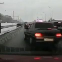Казанец снял на ВИДЕО, как водитель «Лады» разбился о металлический забор во время маневра
