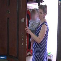 «Всегда грязные и голодные»: в Нижнекамске мать шестерых детей могут лишить родительских прав (ВИДЕО)
