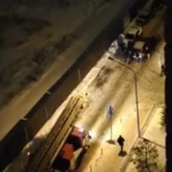 Казанцы на руках перетащили автомобиль, мешавший проехать пожарным (ВИДЕО)